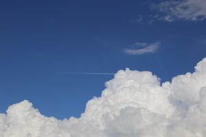 8月13日 入道雲を突き抜ける飛行機雲